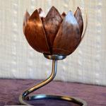 Edelstahlblumen - Kupferseerose (Blüte geschlossen) mit Standfuß aus Edelstahl (© Raven Metall Design)