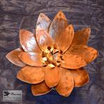 Edelstahlblumen - Kupferseerose mit Standfuß aus Edelstahl - Detailansicht Kupferblüte (© Raven Metall Design)