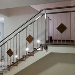 Edelstahlgeländer - Stiegengeländer aus Edelstahl mit Fliesen (© Raven Metall Design)