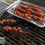 Edelstahlgrill - großer rechteckiger Grill aus Edelstahl mit herausnehmbarem Grillrost - gegrillte Spieße (© Raven Metall Design)