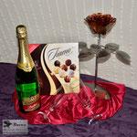 Edelstahlblumen - Edelstahlrose mit Kupferblüte als Valentinstagsgeschenk mit Sekt und Pralinen (© Raven Metall Design)