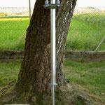 Edelstahlbrunnen - Wassersäule aus Edelstahl mit überflur Anschluss, zwei Auslaufventilen und Erdspieß (© Raven Metall Design)