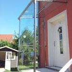 Vordach und Windfang aus Edelstahl mit Glas (© Raven Metall Design)
