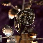 Edelstahlblumen - Edelstahlrose poliert - Detailansicht Edelstahlblüte (© Raven Metall Design)