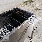 Edelstahlgrill - großer rechteckiger Grill aus Edelstahl mit herausnehmbarem Grillrost - Steckerlfisch (© Raven Metall Design)