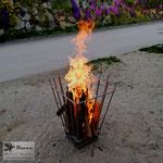 Feuerkorb aus Edelstahl - mit brennendem Holz (© Raven Metall Design)