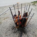 Feuerkorb aus Edelstahl - Marshmallows grillen über der Glut (© Raven Metall Design)