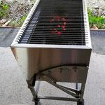 Edelstahlgrill - großer rechteckiger Grill aus Edelstahl mit herausnehmbarem Grillrost (© Raven Metall Design)