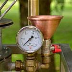 Edelstahlbrennerei - Edelstahldestille mit Druckwasserbad und Rohrbündelkühler - Detailansicht Überdruckeinrichtung (© Raven Metall Design)