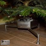 Christbaumständer aus Edelstahl mit Wassertank (© Raven Metall Design)
