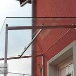 Vordach aus Edelstahl mit Glas (© Raven Metall Design)