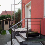Vordach und Windfang aus Edelstahl mit Glas inklusive Edelstahlgeländer (© Raven Metall Design)