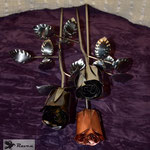 Edelstahlblumen - Edelstahlrosen mit Kupferblüte sowie Edelstahlblüte (© Raven Metall Design)