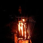 Feuerkorb aus Edelstahl - mit brennendem Holz bei Nacht (© Raven Metall Design)