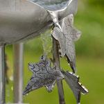 Edelstahlbrunnen -  Gartenbrunnen aus Edelstahl mit Efeuranken auf Granitsäule - Detailansicht Efeuranken aus Edelstahl (© Raven Metall Design)