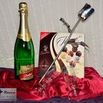 Edelstahlblumen - Edelstahlrose als Valentinstagsgeschenk mit Sekt und Pralinen (© Raven Metall Design)