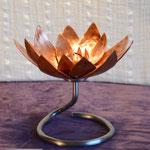 Edelstahlblumen - Kupferseerose mit Standfuß aus Edelstahl (© Raven Metall Design)