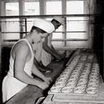 Bäcker beim Brezendrehen