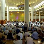 Das wir ausgerechet zur Gebetszeit die Moschee besichtigen wollen stört niemand.