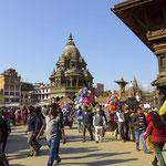 Aber bei solch einem Gewussel wie auf dem Durbar Square in Patan braucht man mit Coocie ganz viel Geduld.