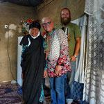 Die Großmutter lebt noch in einer der traditionellen Lehmhütten auf dem Dorf.