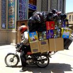 In der Stadt werden dann die Mopeds VOLL geladen...