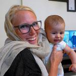 mit ihrem süßen kleinen Baby