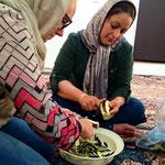 Nachmittags stehen wir vorm Polizeigebäude und lernen von der Frau des Polizeichefs Kashk-e- Bademjan kochen.