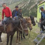 Die Kids auf ihren Pferden sind neugierig. Klar dürfen sie mal gucken.