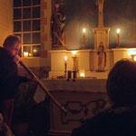 Günter Müller spielt Didgeridoo in der Kapelle Tüshaus Mühle