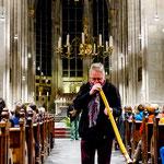 Günter Müller spielt Didgeridoo in der Kölner Kirche St. Ursula
