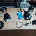Aufstellung der Ersatzteile für den Austausch der Gelenke an den Antriebswellen.
