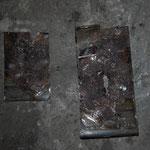 Beide herausgetrennten Bleche sind auf der Innenseite im sehr schlechten Zustand