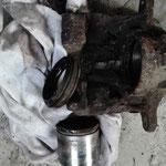 Kolben und Manschetten und Anbauteile entfernt