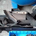 Die Anbauteile vom Motor sind abgenommen und weisen deutliche Spuren defekter Dichtungen auf