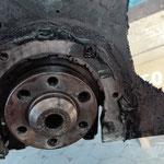 Der Simmering im Dichtungsflansch ist defekt so konnte Öl zwischen Motor und Getriebe laufen