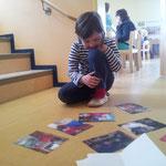 Kinder dokumentieren selbst und bestimmem, welche Bilder aufgeklebt werden.