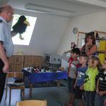 Herr Petersen von der Polizei erklärt und ganz genau, wie wir über die Straße gehen sollen