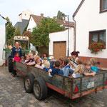 Stammgruppe Löwen wird mit dem Traktor zum Apfelpflücken abgeholt