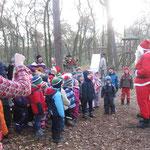 Wir singen für den Nikolaus Lieder und Kinder haben ihre Geschenke an den Nikolaus überreicht.