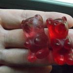 ein rosa Gummibär :) und ein roter natürlich :D