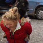 Elina mit Mikke auf dem Rücken. :DD