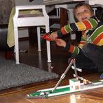 Lari-Veikka mit seinem Riesen-Lego-Schiff