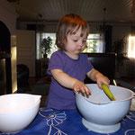 Loviisa beim Äpfel-vom-einen-in-den-anderen-pot-schütten