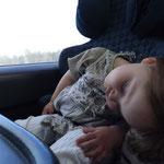 Loviisa hat heute wirklich seeehr witzig geschlafen, sie hat fast die ganze Zeit ihren Kopf bewegt, als würde sich gar nicht schalfen