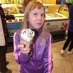 Tuulia und ihr nett lächelndes Eis.