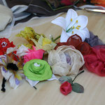 fleurs en tissus, sisal et plumes