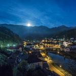 Mond hinterm Schneeberg