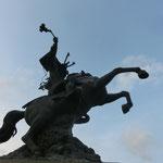 躍動感のある義弘公の銅像。