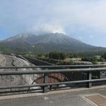 サイクリングの最中、少し足を止めて桜島の写真を撮りました。